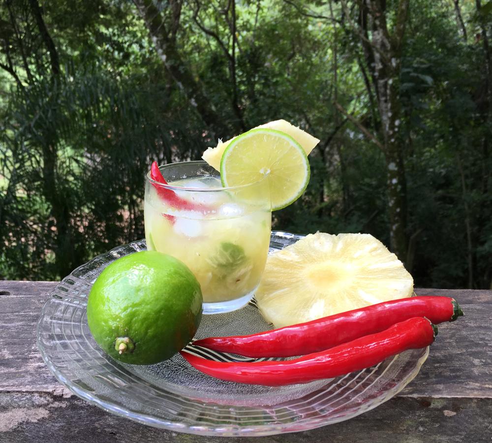 Caipirinha com Abacaxi e Pimenta